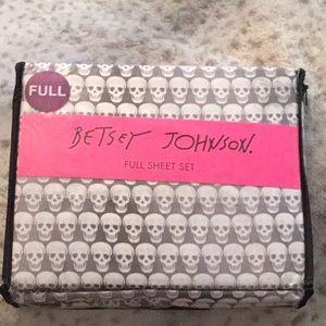 New in Package Betsey Johnson SKULL Full Sheet Set